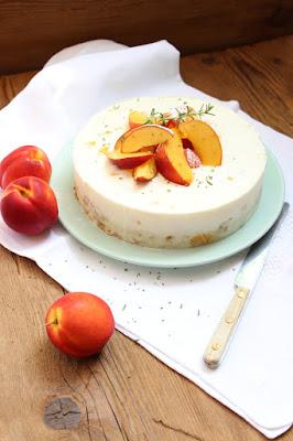 Geeeiste Nektarinen-Joghurt-Torte mit einem Hauch von Rosmarin... No Bake Cake zum Sonntagssüß, Rezept auf dem Südtiroler Food- und Lifestyleblog kebo homing, Foodstyling, Photography, Summertime, Sonntagskuchen, Sommerdessert