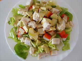 Al ser ensaladas frías no precisan de un proceso de preparación muy arduo ya que la mayoría de los ingredientes están crudos, el trabajo principal está en rebanarlos y limpiarlos bien, los pasos específicos para realizar estas ensaladas son: