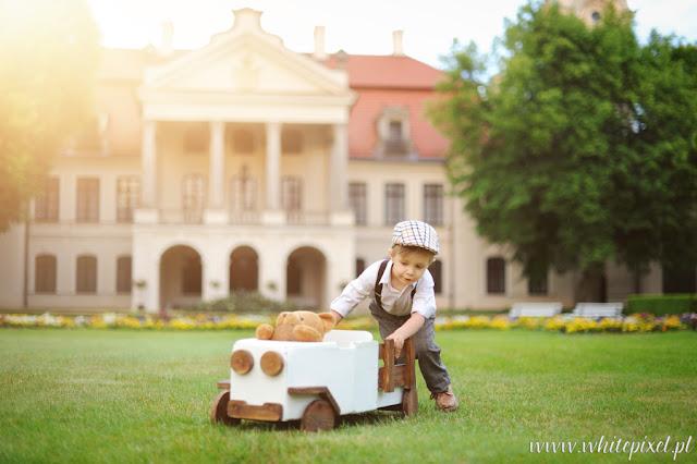 Sesja dziecięca stylizowana z samochodem, sesja portretowa dziecięca w Kozłówce i Lubartowie, fotograf dziecięcy Jacek Skrok