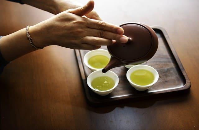 Teh hijau, bukan hanya segar ketika diminum, tapi juga efektif untuk menjaga kolesterol tetap normal