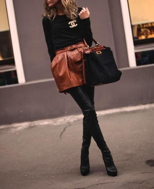 d78f2d47596b7 Fotoğraftada gördüğünüz üzere kahverengi bir etek diz üstü siyah çizme ,  yarı siyah yarı kahverengi bir çanta. Oldukça zevkli iddalı bir kombin.
