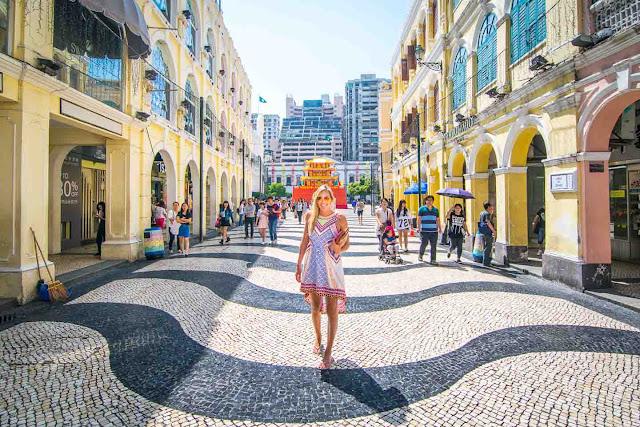 """Có một câu nói rằng """"Nếu chưa đến Quảng trường Senado coi như chưa đến Macau"""". Bạn không thể bỏ qua quảng trường thị trấn đầy màu sắc này của Macau. Các tòa nhà màu pastel bao quanh và sàn lát gạch khảm đặc biệt biến quảng trường trở thành một trong những ô vuông nổi bật nhất trên thế giới."""
