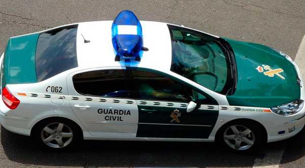 Agentes de la Guardia Civil investiga a una madre al beber alcohol son su hija, una niña de 14 años que rozó el coma etílico en Cangas, Pontevedra