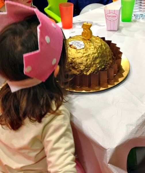 tarta-ferrero-soplando-vela