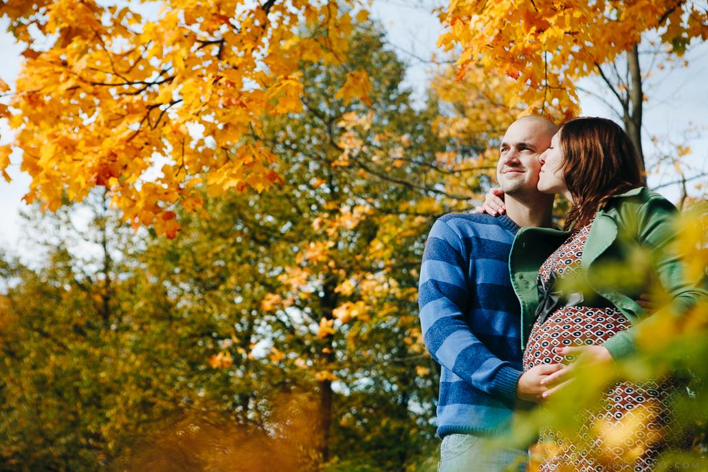 grūtniecības fotosesija rudens laikā