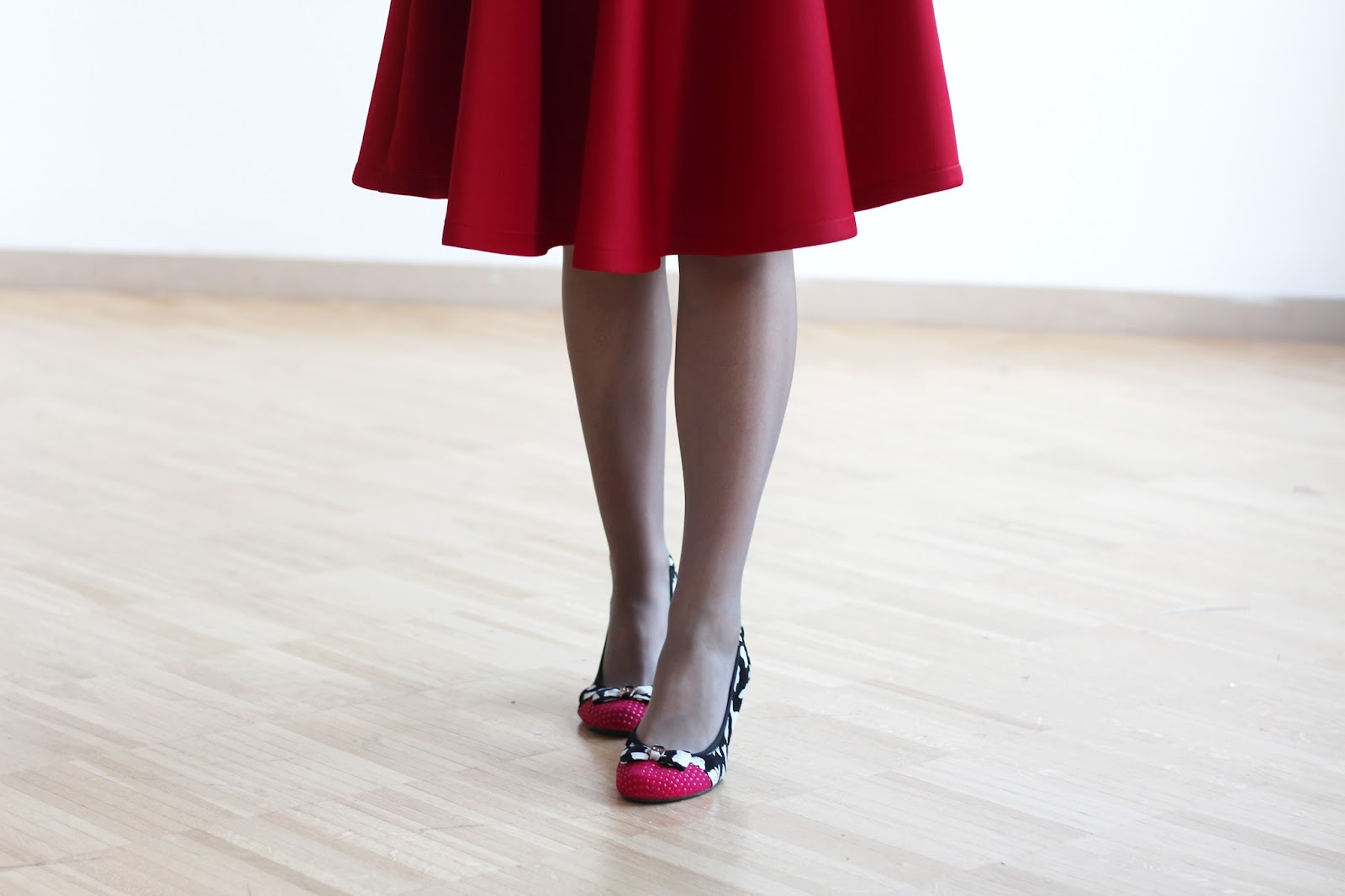fashion blogger italy outfit look midi skirt cookeries london shoes ballet flat bow red