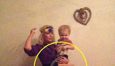 Ada yang Aneh dengan Foto Ibu dan Anak Ini, Apakah Itu?