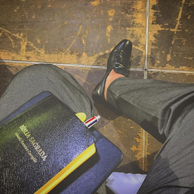 Pastor Rafael Bello sapato e bíblia