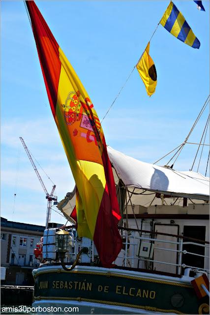 Bandera Española en el Buque Escuela Juan Sebastián de Elcano en el Puerto de Boston