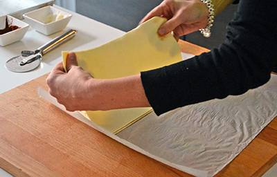 Coprire la pasta sfoglia condita con l'altra metà