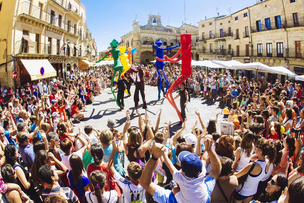 el carromato y big dancers comenzarn su espectculo en la plaza de espaa de donde pasarn a la de la peregrina para finalizar en la de curros enrquez