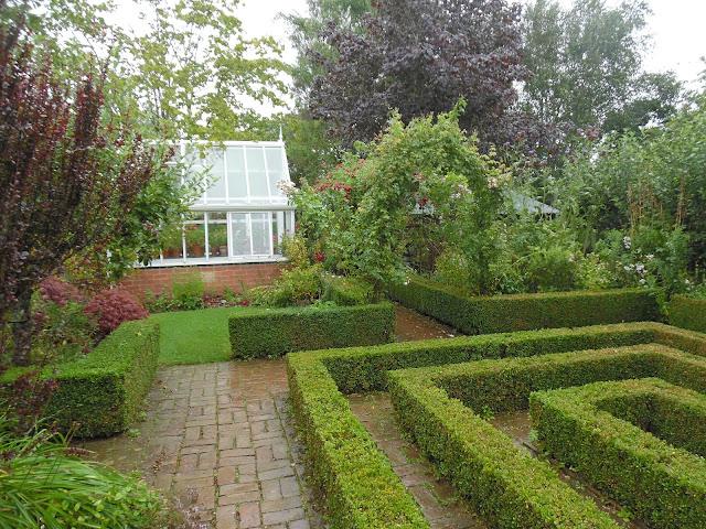 A Cottage Garden, bukszpanowy labirynt, szklarnia