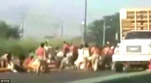 https://3.bp.blogspot.com/-3i2rlj8lPac/V_JBKio9M8I/AAAAAAAADTg/3S8u7s2jD6oJxTUf9z9hDa7eLqnE9e1AQCLcB/s1600/38FA7D5500000578-3816999-This_disturbing_footage_shows_a_huge_crowd_of_people_stopping_a_-a-17_1475308522869.jpg