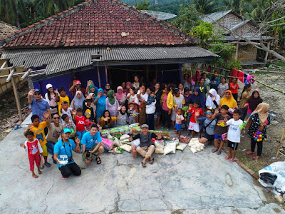 warga di desa kunjir