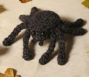 http://translate.google.es/translate?hl=es&sl=en&tl=es&u=http%3A%2F%2Fsonspopkes.com%2F2013%2F10%2F18%2Fa-free-halloween-pattern-mr-creeper-the-spider%2F