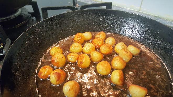 Pommes noisettes en fin de cuisson.