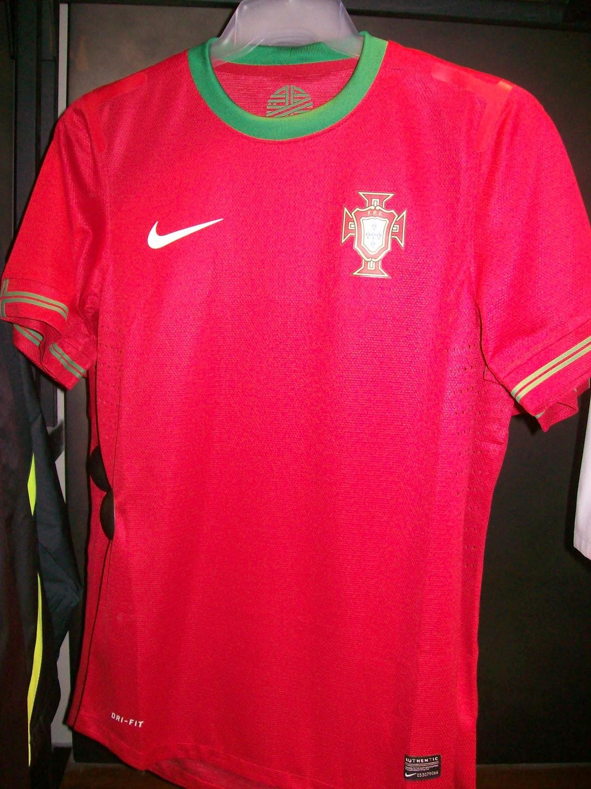 Todos sabem que a Seleção Francesa de Futebol trocou a Adidas pela a Nike  em 2011. Neste ano a camisa está bonita e continua a mesma fc3dc81097ca0