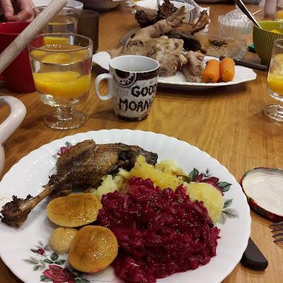 Rosół z kury, kaczka w sosie własnym, buraczki na ciepło, borowiki w occie, ziemniaki, kompt z borzoskwini.