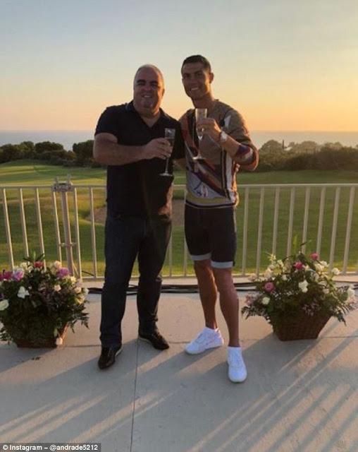 Cris Ronaldo ăn mừng sang Juve với 'bố dượng' tương lai 2