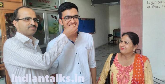 Sarvesh Mehtani JEE All India Topper