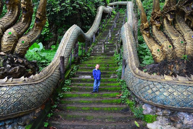 montée à la grotte de Wat Tham Pla