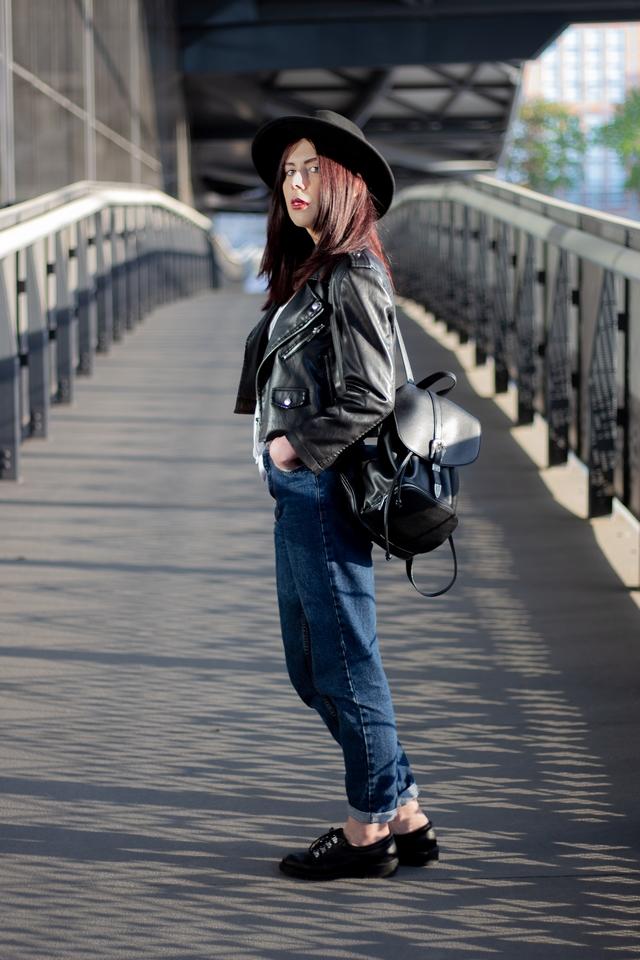 stylizacja grunge mom jeans i ramoneska jak nosić