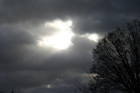 Terus kutatap matahari yang pergi meninggalkanku dengan senyum imitasi menghias, dan kuberdoa... semoga esok dia terbit dengan keindahan yang sempurna tanpa mendung menemani...!!  Karya: Dirwan Baharuddin    MENDUNG