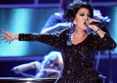 Foto de Alejandra Guzmán cantando en los Latin Grammy