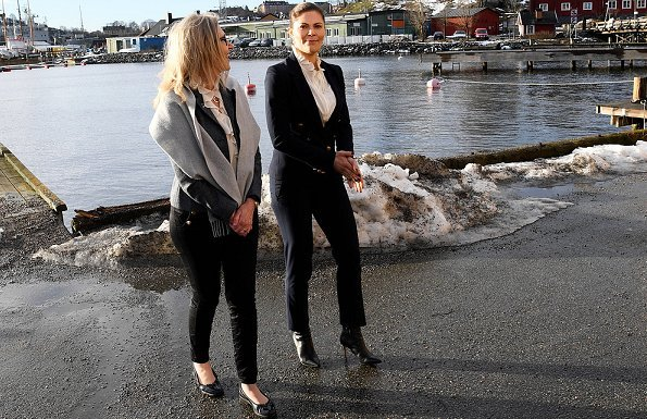 H&M navy blue blazer gold buttons, Baum und Pferdgarten blouse, Gianvito Rossi Levy ankle boots