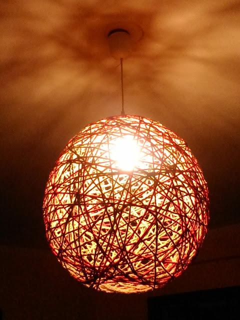 Lámpara DIY con cuerda y lana encendida