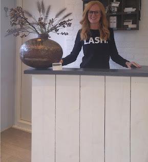 Foto van de eigenaresse van een salon in Dronten gespelicaliseerd in wimperextensions, wimperlifts, wenkbrauwen harsen en verven, wenkbrauwlift, nagels en pedicure op www.lovelylashesnails.nl