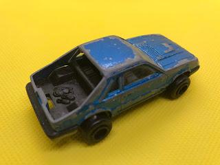 フォード マスタング のおんぼろミニカーを斜め後ろから撮影