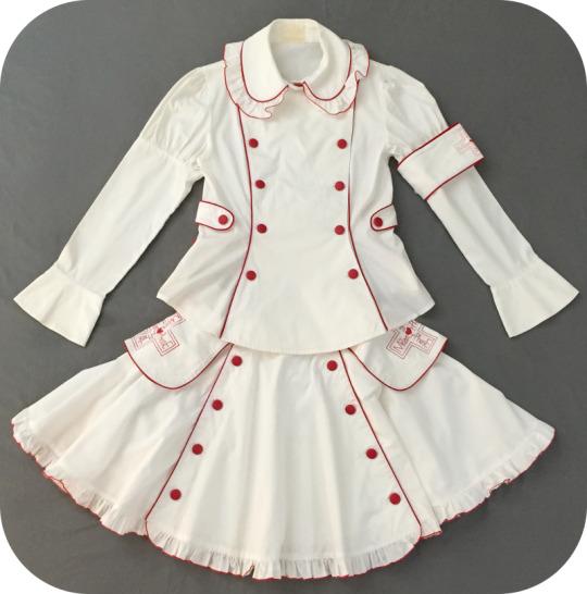 conjunto Nurse Lolita branco com detalhes em vermelho