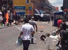 Enfrentamiento de policías contra comerciantes informales