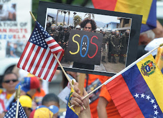 """El alcalde de Miami-Dade y la Comisión del condado pedirán al presidente Donald Trump aprobar un Estatus de Protección Temporal (TPS) para los venezolanos en Estados Unidos ante la crisis que enfrenta el país suramericano.  EFE  Ambas autoridades preparan una carta dirigida a Trump en la que argumentan la necesidad de un alivio migratorio ante la emergencia """"humanitaria"""" que viven los venezolanos.  La misiva además insta al presidente Trump a condenar las pasadas elecciones de la Asamblea Nacional Constituyente, impulsadas por el presidente venezolano, Nicolás Maduro, y a decretar más """"sanciones contra su régimen"""".  La carta, escrita por el comisionado de Miami-Dade, José """"Pepe"""" Díaz, será firmada en el transcurso de la semana por los comisionados y el alcalde Giménez para ser enviada al presidente Trump, dijo hoy a Efe Olga Vega, portavoz del funcionario.  El TPS es una medida similar a la brindada a centroamericanos y haitianos debido a catástrofes naturales y que debe ser renovada periódicamente dependiendo de que persista en los países la situación por la que se acogieron a la medida.  La Comisión del Condado Miami-Dade aprobó este lunes una resolución en el mismo sentido y también de rechazo a las pasadas elecciones en Venezuela.  """"Los venezolanos solamente pudieron votar por aquellos candidatos seleccionados por el régimen de Nicolás Maduro. Eso es autoritarismo, no democracia"""", se lamentó Díaz, quién impulsó la medida simbólica.  La resolución también acusa a Maduro de """"fallar"""" a la hora de colaborar con otras agencias a combatir el terrorismo a nivel internacional."""