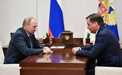 Vladimir Putin with acting Governor of the Nenets Autonomous Area Alexander Tsybulsky.