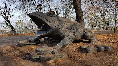 statua di rana gigante
