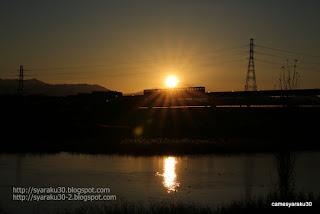 夕陽に照らされるモノレール写真