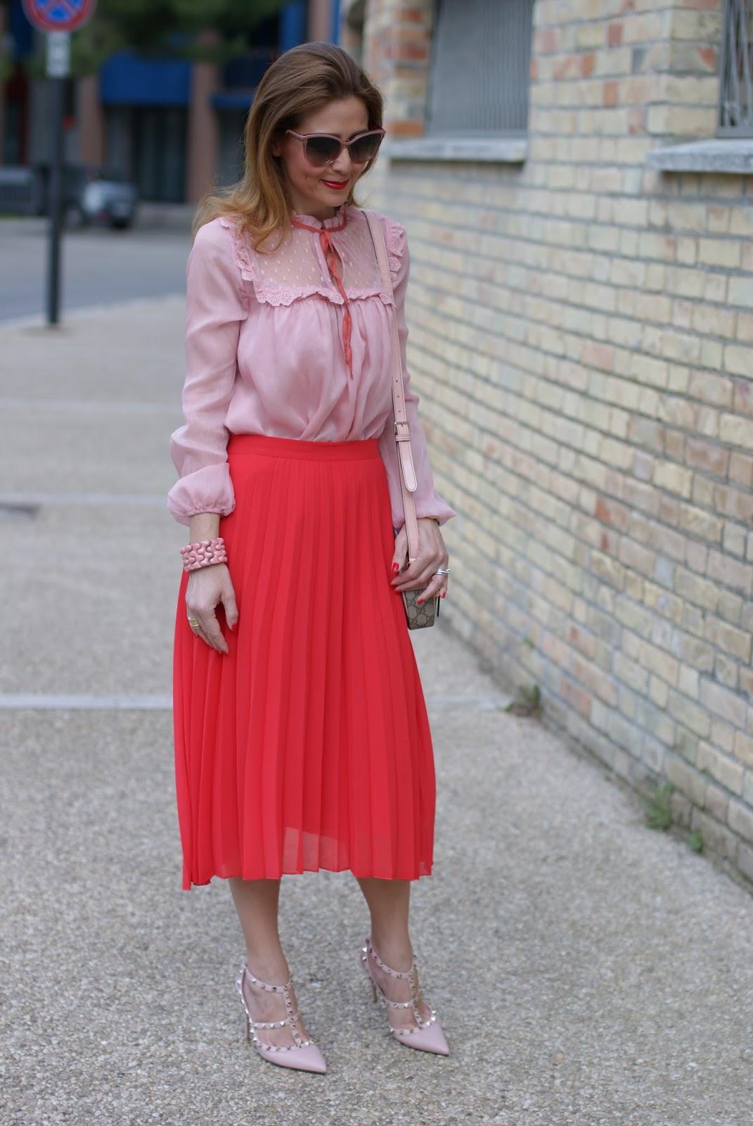 Outfit di ispirazione Gucci total OVS con gonna a pieghe e camicia con nastro al collo su Fashion and Cookies fashion blog, fashion blogger style