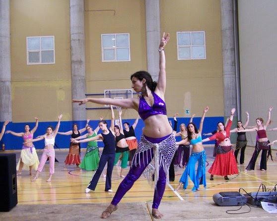 Si quieres aprender danza del vientre nosotros estamos en Madrid. Te  invitamos a probar una clase gratuita en nuestro centro 23a13866ba3