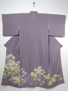 五つ紋をつけると黒留袖と同格の既婚女性の第一礼装になります