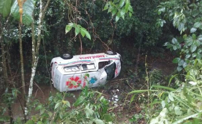 Ambulancia cae al vacío en carretera de Hato Mayor