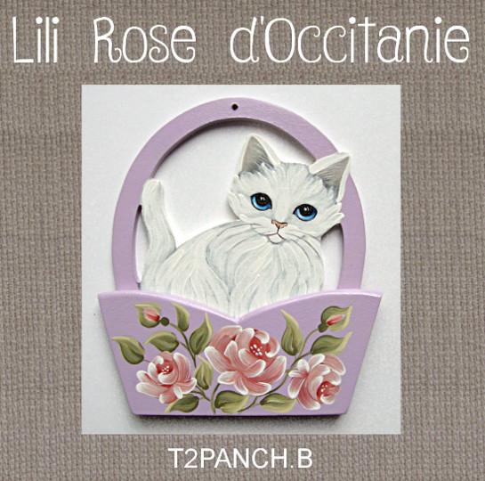 L'anse du panier sert de porte-fils, chat blanc & panier mauve orné de roses. Broderie et point de croix