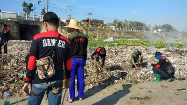 Peringati Hari Santri, GP Ansor Rembang Bersihkan Pantai Sepanjang 7,1 Kilometer