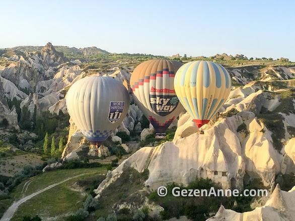 Yan yana gelmiş üç sıcak hava balonu, Cappadocia Nevşehir