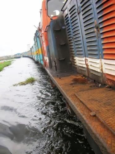 lintasan kereta yang sedang banjir dan tancap terus dengan hati2