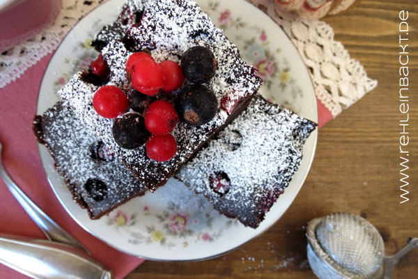 Vegane, fudgy Brownies mit Waldbeeren | Foodblog rehlein backt