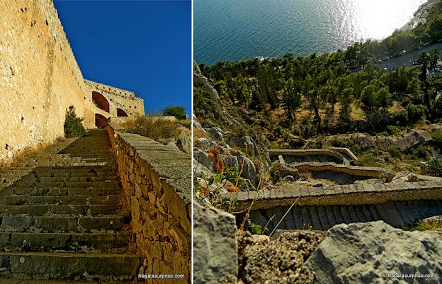 Escadaria de 999 que dá acesso à Fortaleza de Palamidi em Nafplio, Grécia