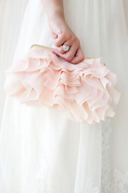 Bolso como alternativa al ramo de novia - Foto: www.bridesofnorthtexas.com