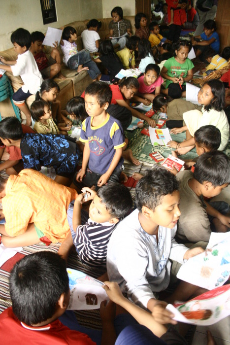 trauma healing untuk adik-adik di pengungsian Desa Keningar